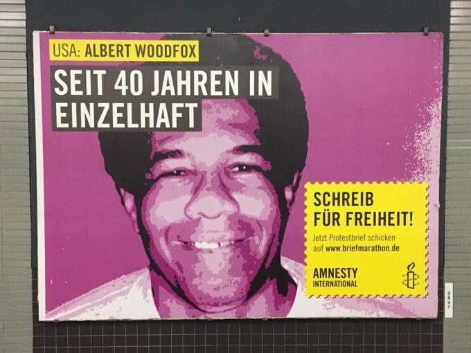 Plakat von Amnesty International in Hamburg, das zu Protestbriefen aufruft. (Foto: Jan Tißler)