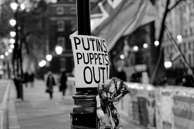 """Welche Protestbewegung ist echt, welche ist unterwandert und welche ist gar frei erfunden? (Foto: """"7th week of 24/7 protest"""" von Jordan Busson auf flickr.com. Lizenz: CC BY 2.0)"""