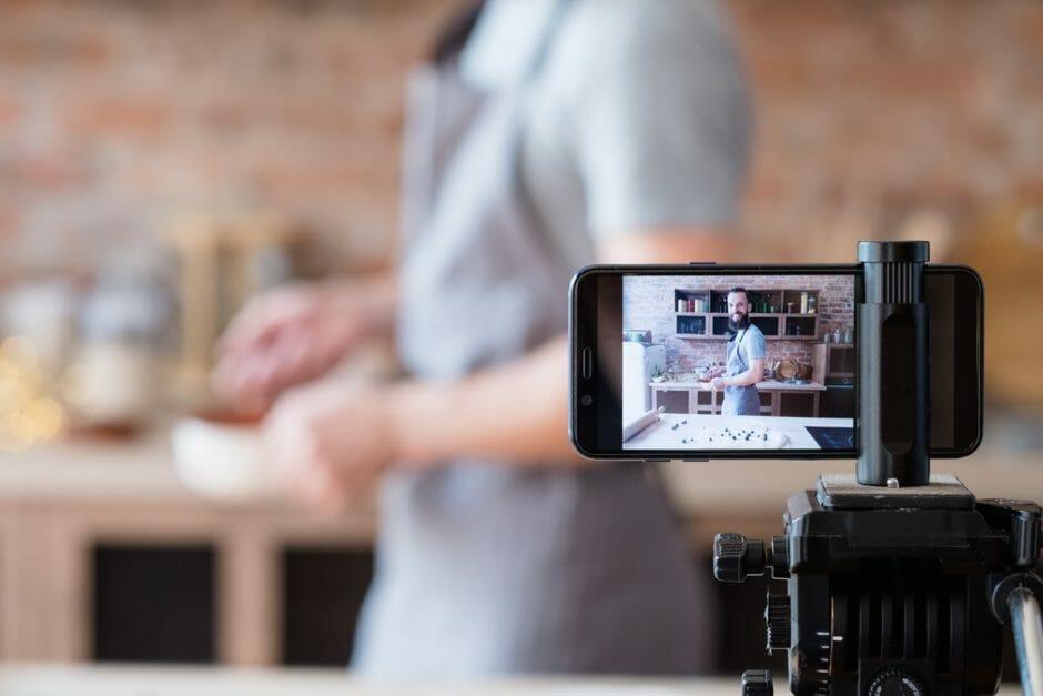 Hobbykoch filmt sich selbst mit Smartphone auf Stativ