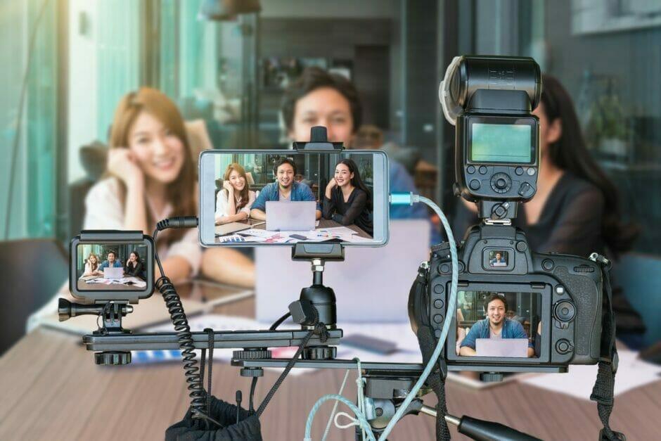 Drei Personen streamen über drei verschiedene Kameras gleichzeitig